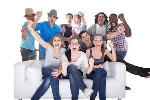 grupp vänner tycker om att titta på TV foto
