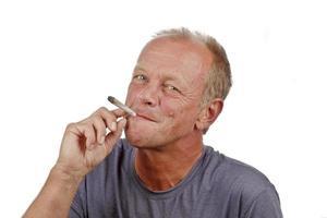 man njuter av att röka s marijuana joint foto