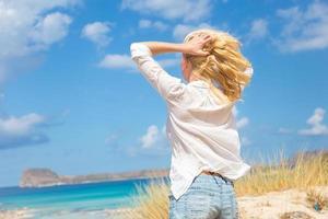gratis glad kvinna som njuter av solen på semester. foto