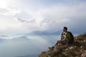 vandrare resenär njuter av panoramautsikt över bergen