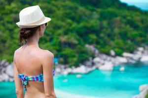kvinnor som njuter av solig dag på stranden foto