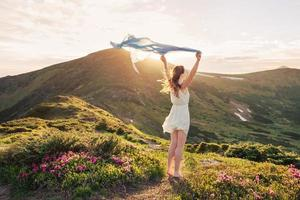 kvinnan känner frihet och njuter av naturen foto