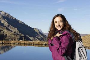 ung vandrare kvinna njuter av naturen på hösten foto