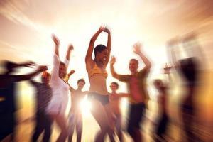 dansfest njutning lycka firande utomhusstrand conc foto
