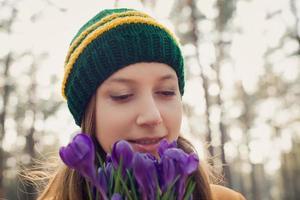 porträtt ung kvinna njuter av naturen i skogen foto