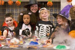 grupp barn som njuter av halloweenfest hemma foto