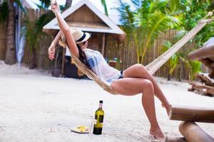 ung kvinna njuter av en solig dag i hängmattan foto