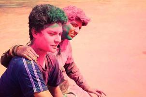 två vänner som njuter av den färgglada holivestivalen i Indien. foto