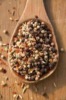 träsked med kryddor foto