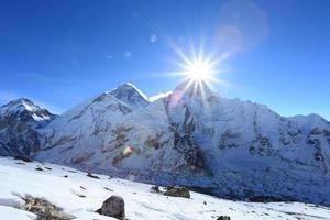 blossa över Nuptse toppmöte bredvid Everest foto