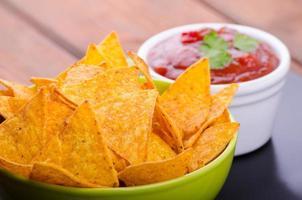 tortillachips med kryddig tomatsalsa foto