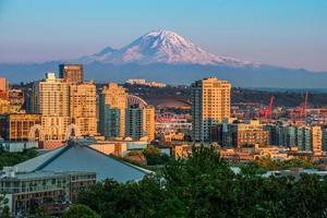 vackra Seattle på kvällen med rymdnål och mt.rainer foto