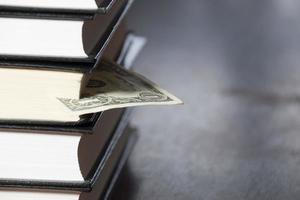 hög med böcker och pengar foto