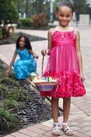 två unga flickor på påsk foto