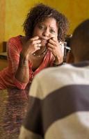 afroamerikanska par pratar i köket foto