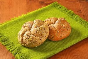 färska brödbullar foto