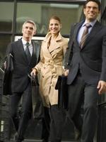 tre affärsmän som lämnar sitt kontor.