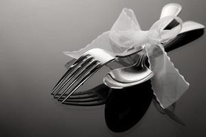 sked och gaffel på speglat mönster foto