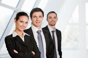 en bild av tre leende affärsmän foto