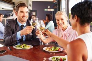 grupp affärsmän till lunch på en restaurang foto