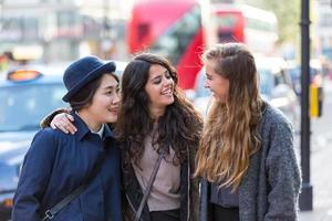 multiracial grupp av flickor som går i London foto