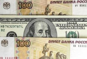 bild av ryska och amerikanska pengar foto
