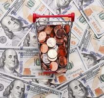 pengar i kundvagn på dollar foto