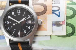 tid är pengar, klockor och sedlar foto