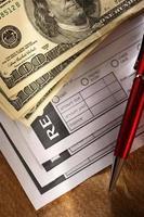 tomt kvitto, pengar och röd penna foto