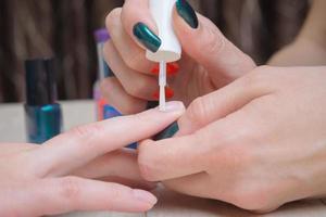 olje nagelband, stadium av manikyr process foto