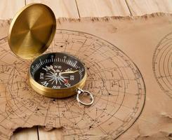 gamla kartor och kompass foto