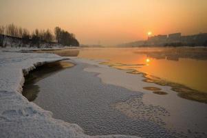 solnedgång vid floden foto