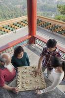 familj som spelar kinesiskt schack (xiang qi) foto