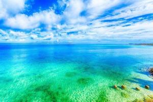 vackert landskap av lysande blå himmel och hav i okinawa foto
