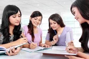 grupp studentflickor foto