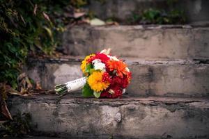 ljusa hösten gäng blommor på sten trappan foto