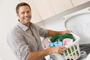 man gör tvätt foto