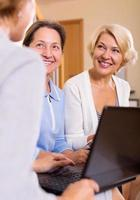 försäkringsagent och kvinnliga pensionärer foto