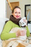 porträtt av sjuk kvinna hemma foto