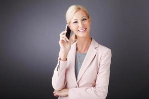 affärskvinna med mobiltelefon
