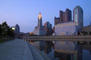 columbus, ohio skyline och scioto river på natten. foto