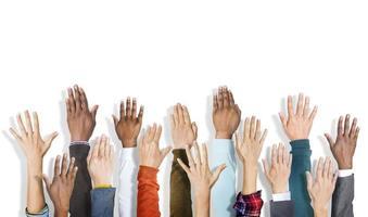 grupp av multietniska människors armar utsträckta i en vit rygg foto