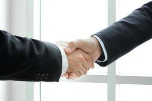 handskakning av affärsmän - hälsning, hantering och partnerskapskoncept foto