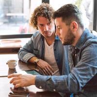tillfälligt möte på ett kafé foto