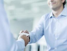 närbild av två affärsmän som byter visitkort foto