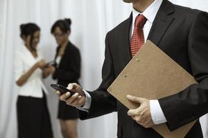 affärsman som använder sin mobiltelefon