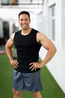 muskelman som står i gymmet foto
