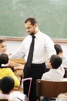 utbildningsaktiviteter i klassrummet i skolan, barn med lärare foto