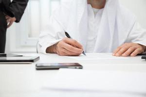 underteckna kontraktet foto
