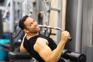 mitten av ålder man gör pull-down träning foto